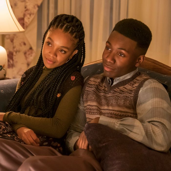 Young Randall and Beth from 'This is Us' cuddle on the sofa.