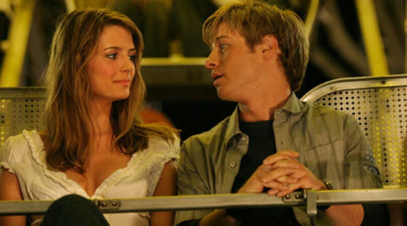 Ryan and Marissa from 'The O.C.' sit on a Ferris wheel and chat.