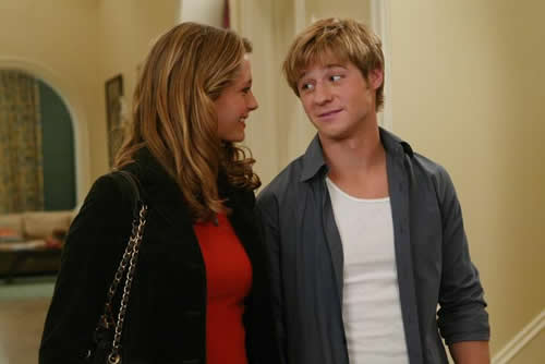 Ryan and Marissa from 'The O.C.' look at each other conspiratorially.
