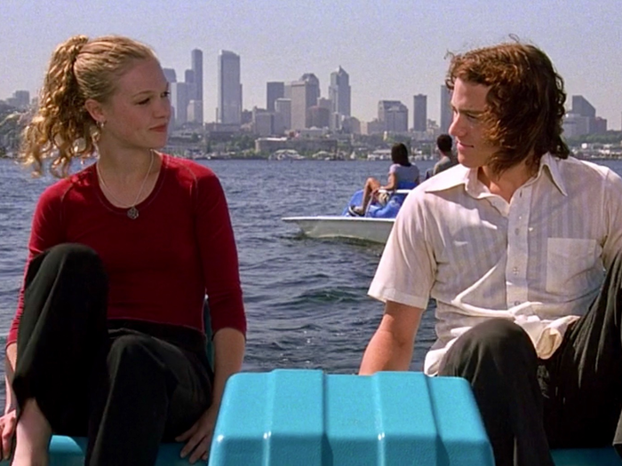 The two main characters of the film '10 Things I Hate About You' use a pedal-boat and chat.