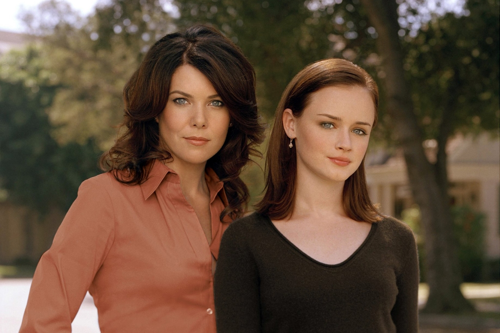 Lorelai and Rory Gilmore stand together in a still from the series 'Gilmore Girls'